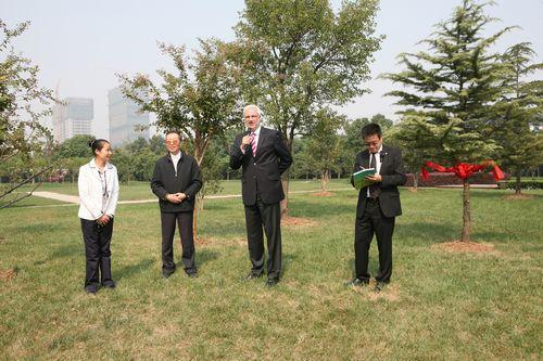 """德国北威州经济部部长在象征中德友谊的""""友谊林""""发表讲话"""