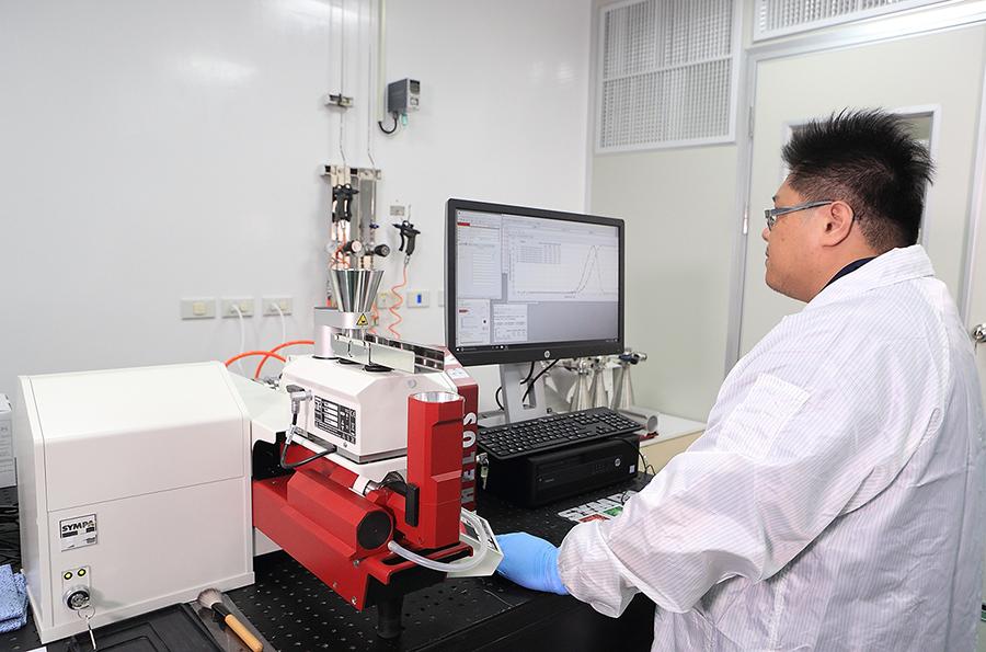 张峻铭博士在核心实验室分析金属粉末材料并讲解雷尼绍粉材优势.png